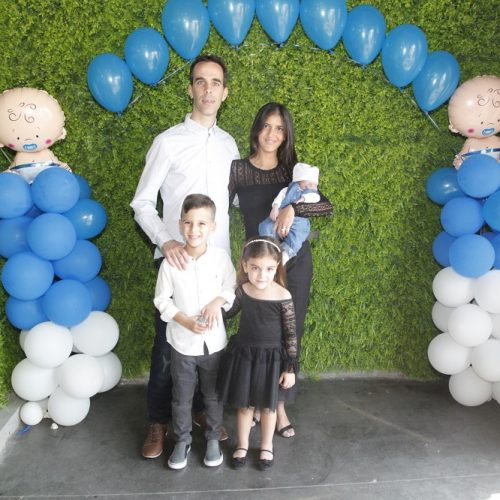 משפחה חוגגת ברית באולם קטן בראשון לציון