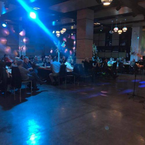 הופעה של זמר עם גיטרה באירוע פרטי באולמי האוס בראשון