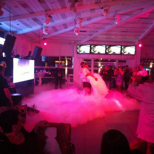 חתן וכלה בסלאו ברחבת הריקודים של אולמי האוס בראשון